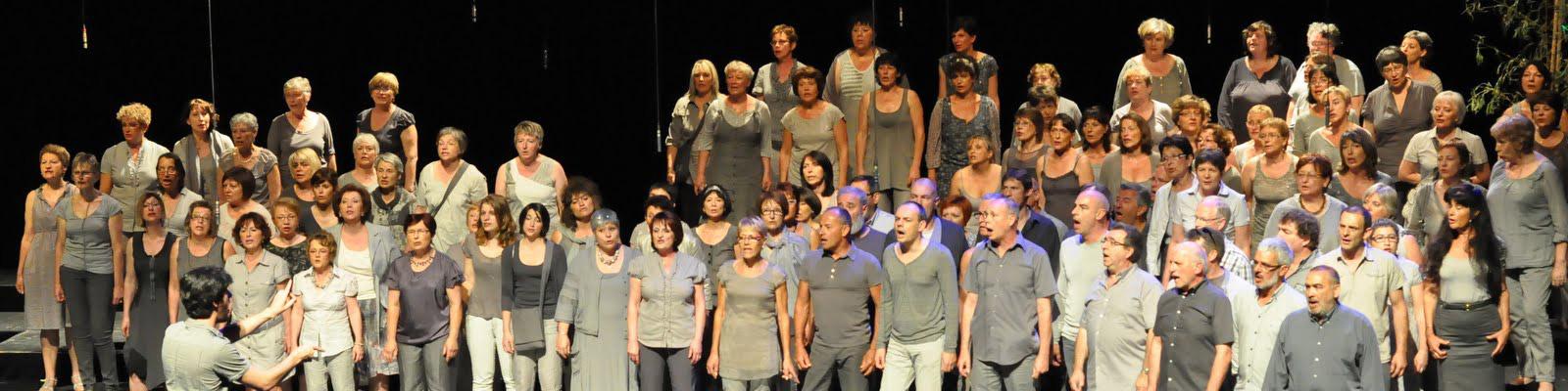 Les choristes sur scène